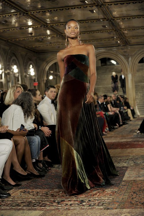Modelo con un vestido largo en el desfile de Ralph Lauren en la New York Fashion Week 2018