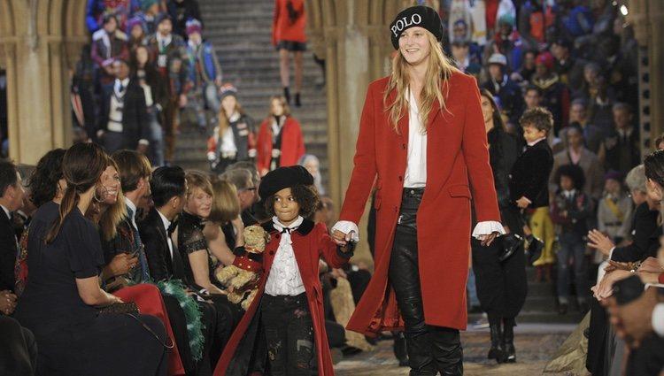 Modelo con un abrigo rojo en el desfile de Ralph Lauren en la New York Fashion Week 2018