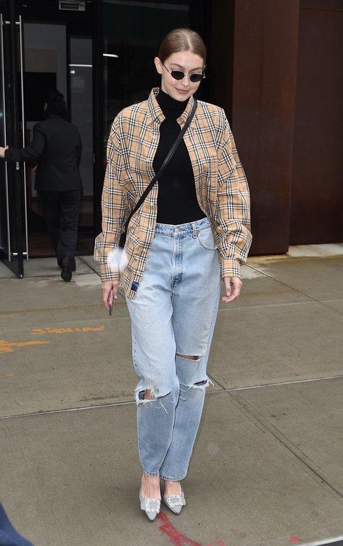Gigi Hadid con una camisa de Burberry en Nueva York
