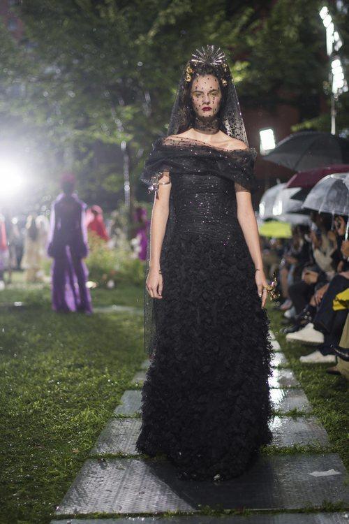 Vestido negro con pedrería de Rodarte primavera/verano 2019 en la New York Fashion Week