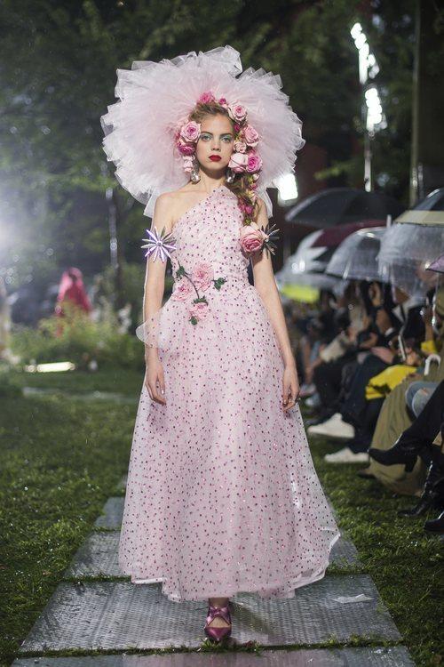 Vestido rosa cuarzo de Rodarte primavera/verano 2019 en la New York Fashion Week