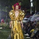 Vestido metalizado en dorado de Rodarte primavera/verano 2019 en la New York Fashion Week
