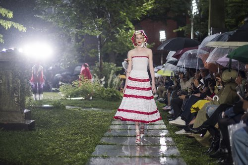 Vestido blanco con rayas rojas de Rodarte primavera/verano 2019 en la New York Fashion Week