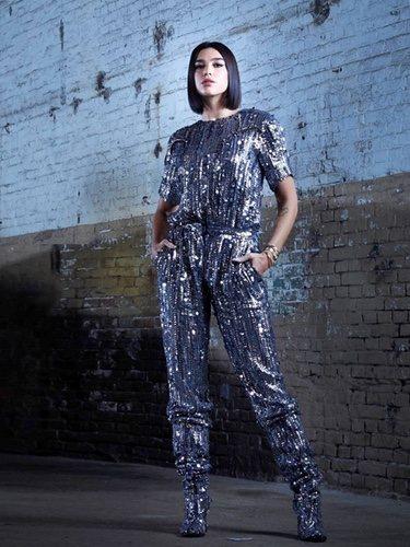 Dua Lipa con un outfit metalizado de Alberta Ferretti