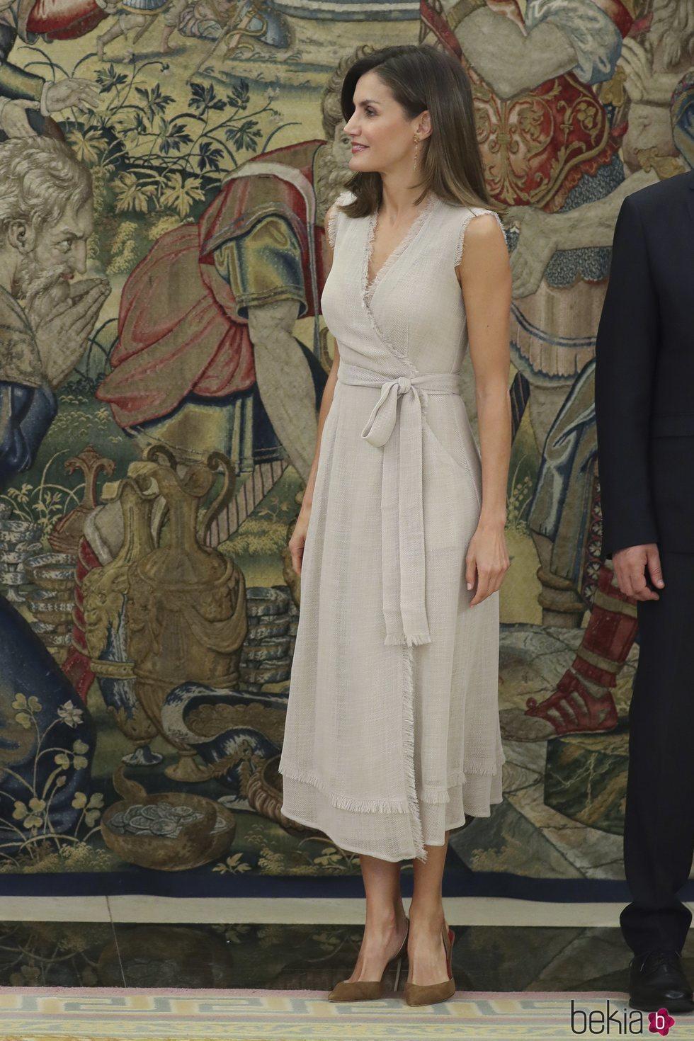 La Reina Letizia con un vestido de Adolfo Domínguez durante una jornada de audiencias en el Palacio de la Zarzuela