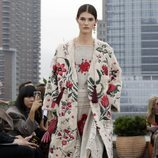 Caftán de flores de Oscar de la Renta primavera/verano 2019 en la New York Fashion Week
