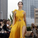 Vestido amarillo 'cut out' de Oscar de la Renta primavera/verano 2019 en la New York Fashion Week