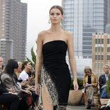 Vestido negro con abertura lateral de Oscar de la Renta primavera/verano 2019 en la New York Fashion Week