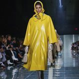 Abrigo amarillo de Marc Jacobs primavera 2019 en la New York Fashion Week