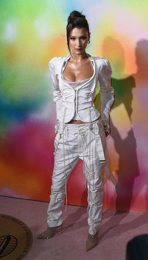 Bella Hadid con un total white en la 'Bof 500 Gala & Party'