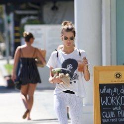 Alessandra Ambrosio luce estilo deportivo en Los Ángeles