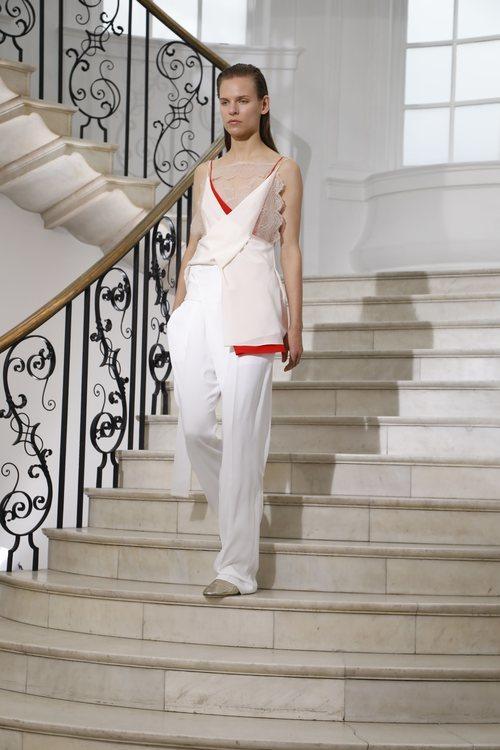 Blusa cruzada de Victoria Beckham primavera/verano 2019 en la London Fashion Week