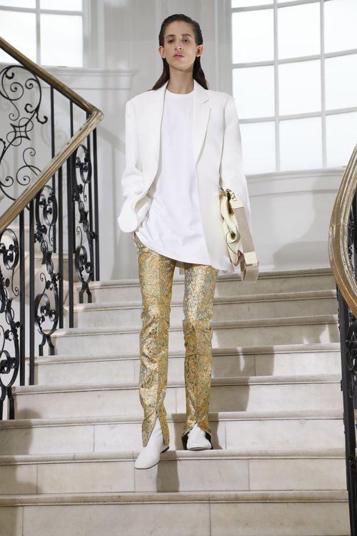 Pantalones dorados de Victoria Beckham primavera/verano 2019 en la London Fashion Week
