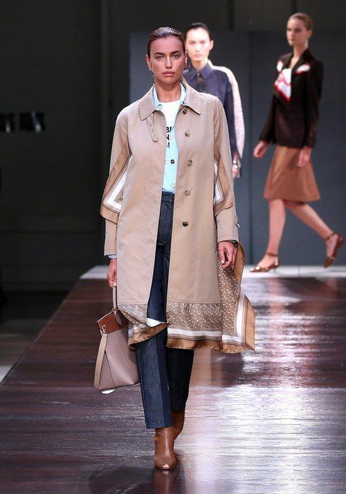 Irina Shayk desfilando para la colección primavera/verano 2019 de Burberry en la semana de la moda en Londres