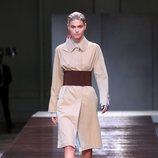 Modelo con una gabardina beige de la colección primavera/verano 2019 de Burberry presentada en la semana de la moda en Londres