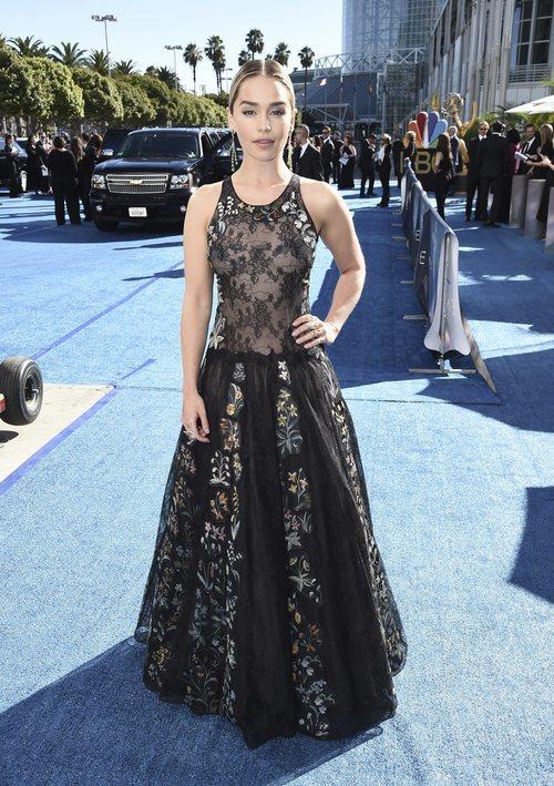Emilia Clarke con un vestido de encaje floral en los Premios Emmy 2018