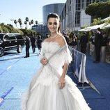 Penélope Cruz con un vestido blanco de flecos en los Premios Emmy 2018