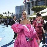 Tracee Ellis Ross con un vestido rosa fucsia en los Premios Emmy 2018