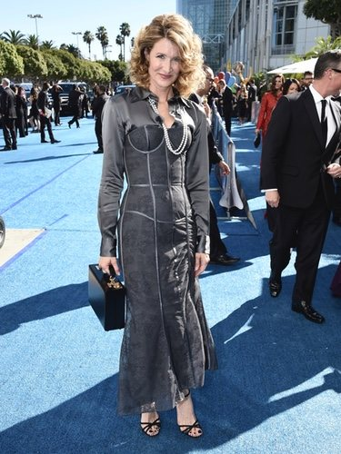 Laura Dern con un vestido color gris en los Premios Emmy 2018
