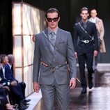Traje de chaqueta gris de Burberry primavera/verano 2019 en la Semana de la Moda de Londres