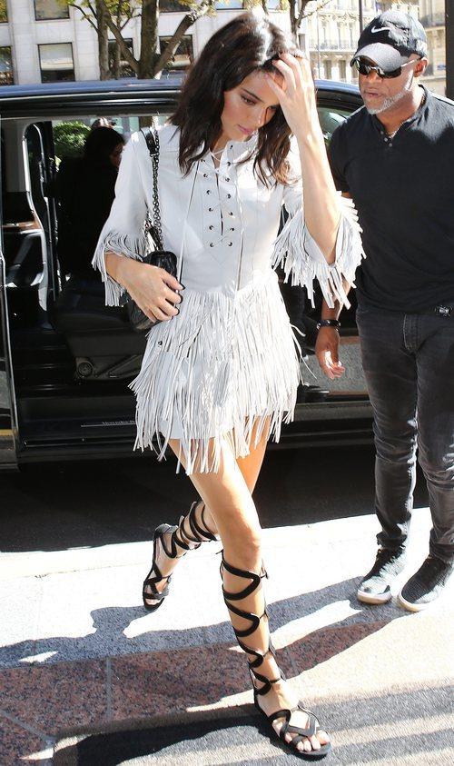 Kendall Jenner con un vestido de flecos en París