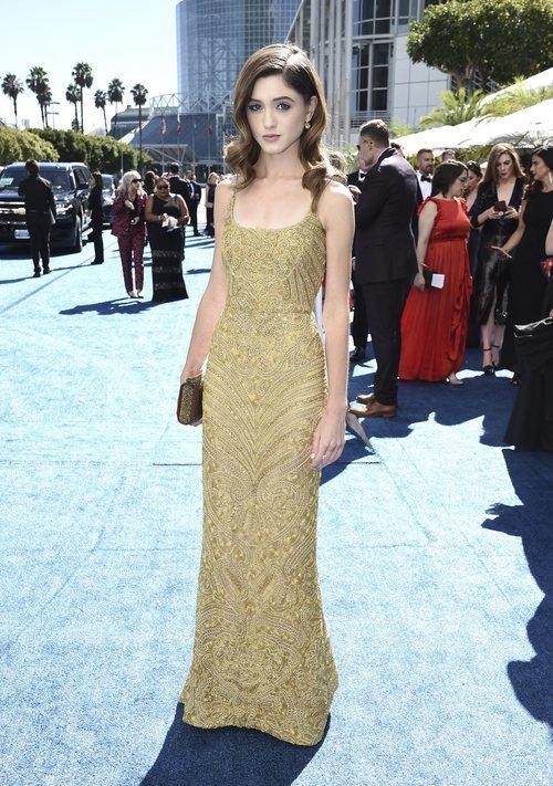 Natalia Dyer con un vestido dorado en los Premios Emmy 2018
