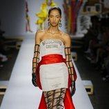 Vestido asimétrico de Moschino primavera/verano 2019 en la Milán Fashion Week