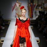 Vestido con alfileres de Moschino primavera/verano 2019 en la Milán Fashion Week