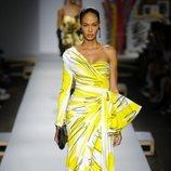 Vestido largo amarillo de Moschino primavera/verano 2019 en la Milán Fashion Week