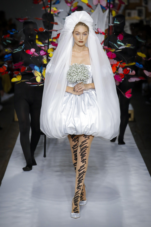 Gigi Hadid luciendo un vestido de novia para Moschino primavera/verano 2019 en la Milán Fashion Week