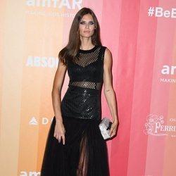 Binca Balti con un conjunto de transparencias en la gala amfAR Milano 2018
