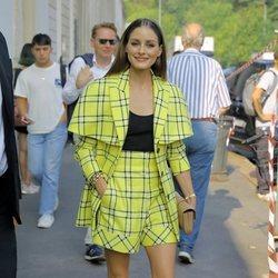 Olivia Palermo de amarillo en el desfile de Tod's durante la Milan Fashion Week