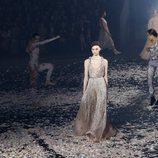 Vestido metalizado de Dior primavera/verano 2019 en la Paris Fashion Week