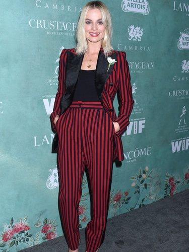 Margot Robbie con un traje a rayas en una fiesta previa a los Premios Oscar 2018