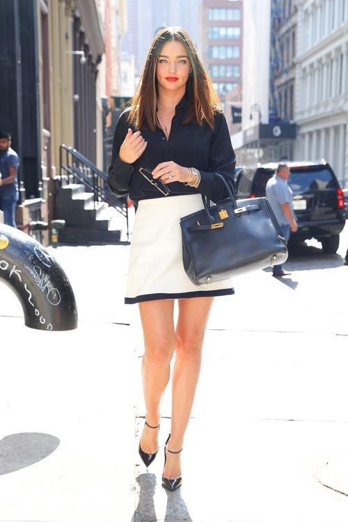 Miranda Kerr con un conjunto en blanco y negro por Nueva York