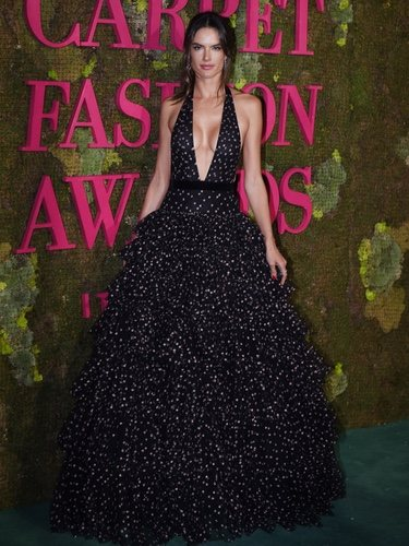 Alessandra Ambrosio con un vestido de volantes en la 'Green Carpet Fashion Awards' 2018