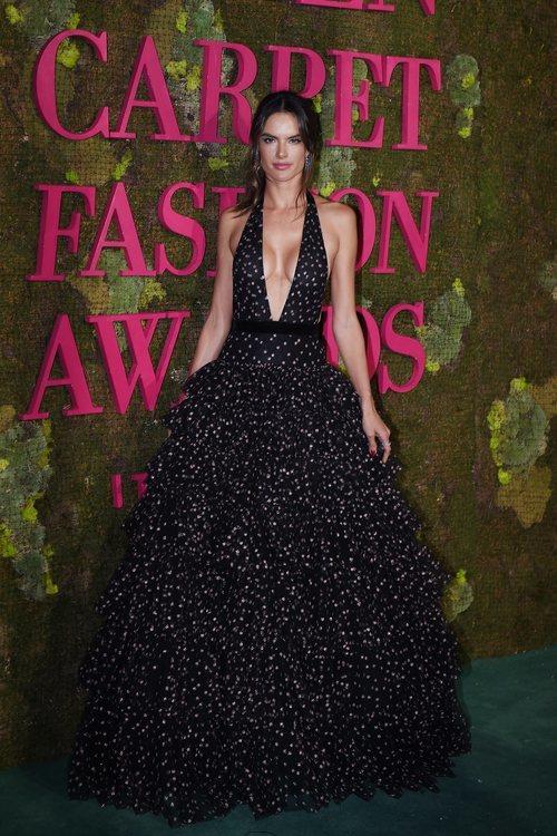 Alessandra Ambrosio con un vestido de volantes en la 'Green Carpet Fashion Awards' 2018