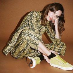 Alexa Chung con unas zapatillas amarillas de la colección cápsula otoño/invierno 2018/2019 de Superga