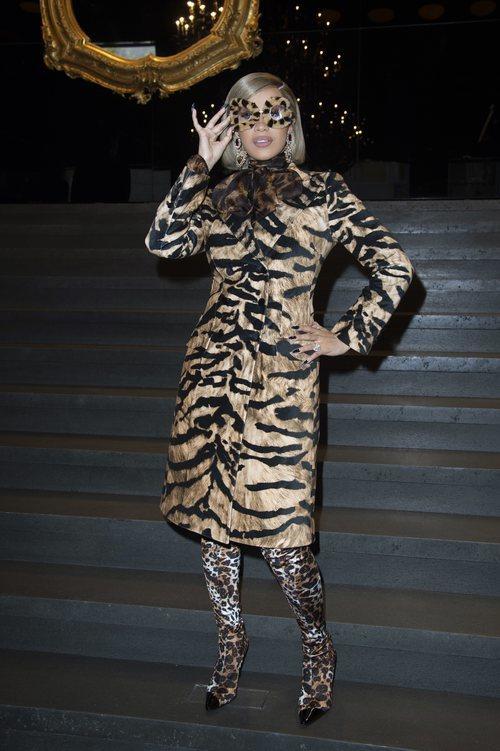 Cardi B. con un look de leopardo en el desfile de Dolce&Gabbanna en la Milan Fashion Week
