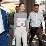 Gigi Hadid con un conjunto blanco en el desfile de Tod's de la Milan Fashion Week