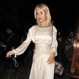 Rita Ora con un vestido satinado en Londres