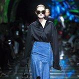 Modelo con una blusa negra en eldesfile de Balenciaga en Paris de la colección primavera/verano 2019