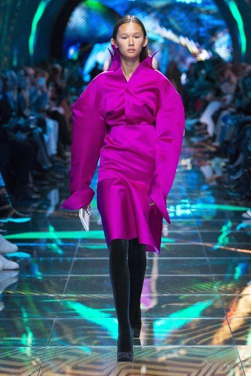 Modelo con un total look fucsia en el desfile de Balenciaga en Paris de la colección primavera/verano 2019