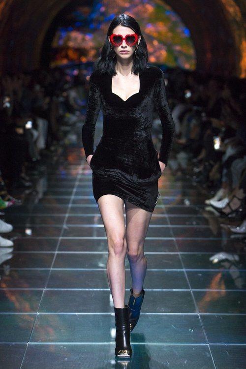 Vestido negro terciopelo del desfile de Balenciaga en Paris de la colección primavera/verano 2019
