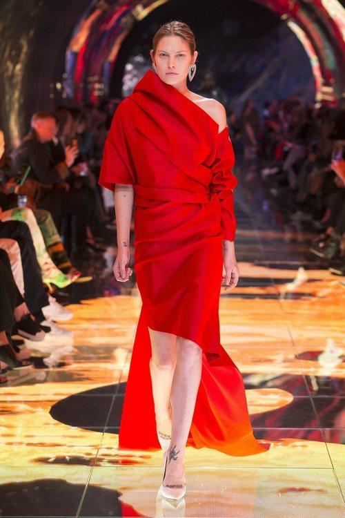 Modelo vestido asimétrico rojo en el desfile de Balenciaga en Paris de la colección primavera/verano 2019
