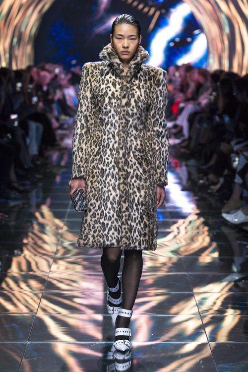 Modelo con un abrigo animal print en el desfile de Balenciaga en Paris de la colección primavera/verano 2019