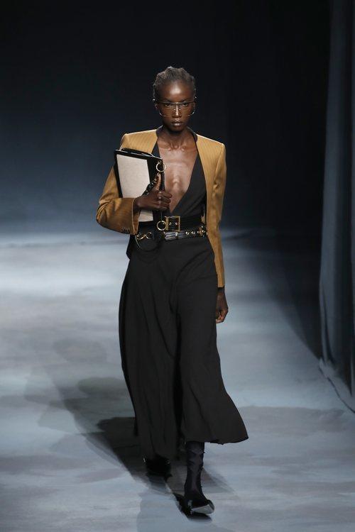 Modelo con un vestido negro de la colección primavera/verano 2019 de Givenchy