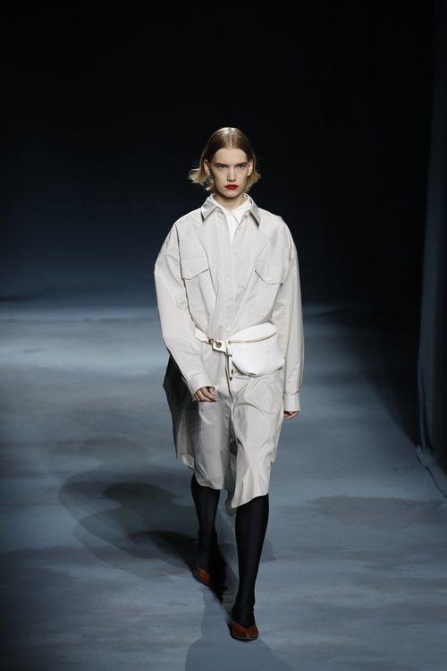 Modelo con una gabardina gris perla de la colección primavera/verano 2019 de Givenchy