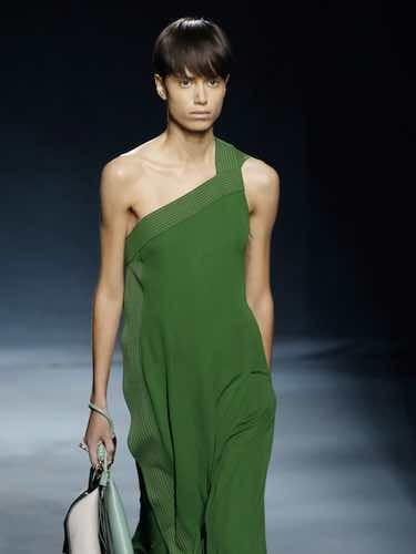 Modelo con un vestido asimétrico de la colección primavera/verano 2019 de Givenchy