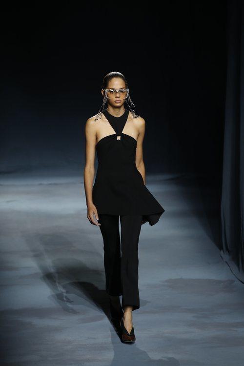 Modelo con un top negro asimétrico de la colección primavera/verano 2019 de Givenchy